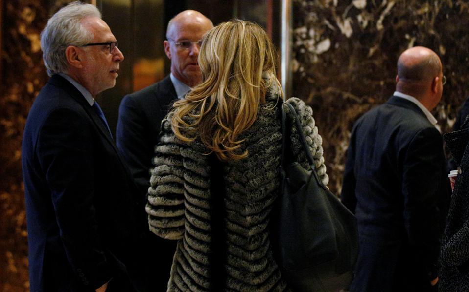Δημοσιογράφοι στην «επεισοδιακή» συνάντηση με τον Τραμπ. Η αντιπαράθεση πλέον έχει οδηγηθεί σε άλλο επίπεδο.