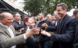 Ενισχυμένος και με περισσότερα πολιτικά όπλα στη φαρέτρα του συνεχίζει την περιοδεία του ο κ. Κυρ. Μητσοτάκης. Στη φωτογραφία, ο πρόεδρος της Ν.Δ. με πολίτες στην Αρτα.