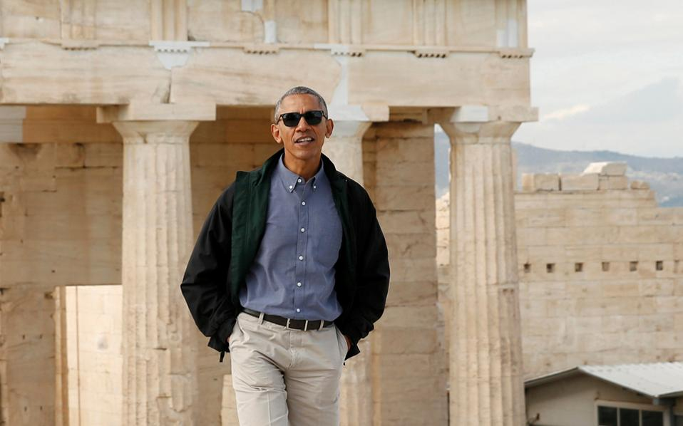 Στην Ακρόπολη «ο πρόεδρος σίγουρα απόλαυσε έναν πολύ πιο χαλαρό περίπατο από ό,τι εμείς», έγραψαν οι Αμερικανοί δημοσιογράφοι. «Εφτασε στις 11.39 φορώντας ένα σκούρο σακάκι, μπλε πουκάμισο, χακί παντελόνι, γυαλιά ηλίου και παπούτσια ιδανικά για την περίσταση. (...) Σταμάτησε πολλές φορές για να απολαύσει τα μνημεία».