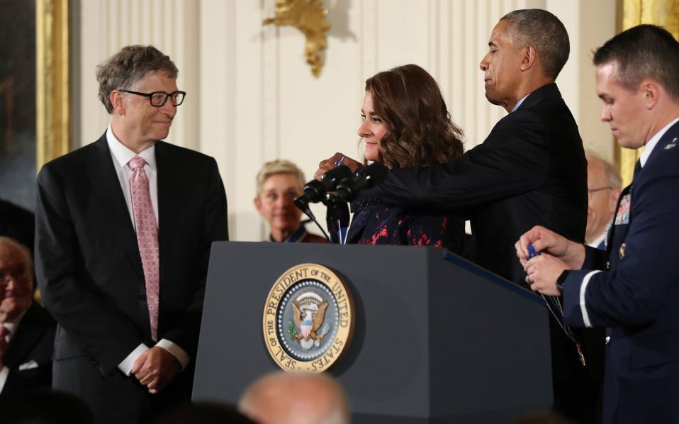 Ο Ομπάμα βραβεύει τον Μπιλ Γκέιτς και την σύζυγό του για το φιλανθρωπικό τους έργο.