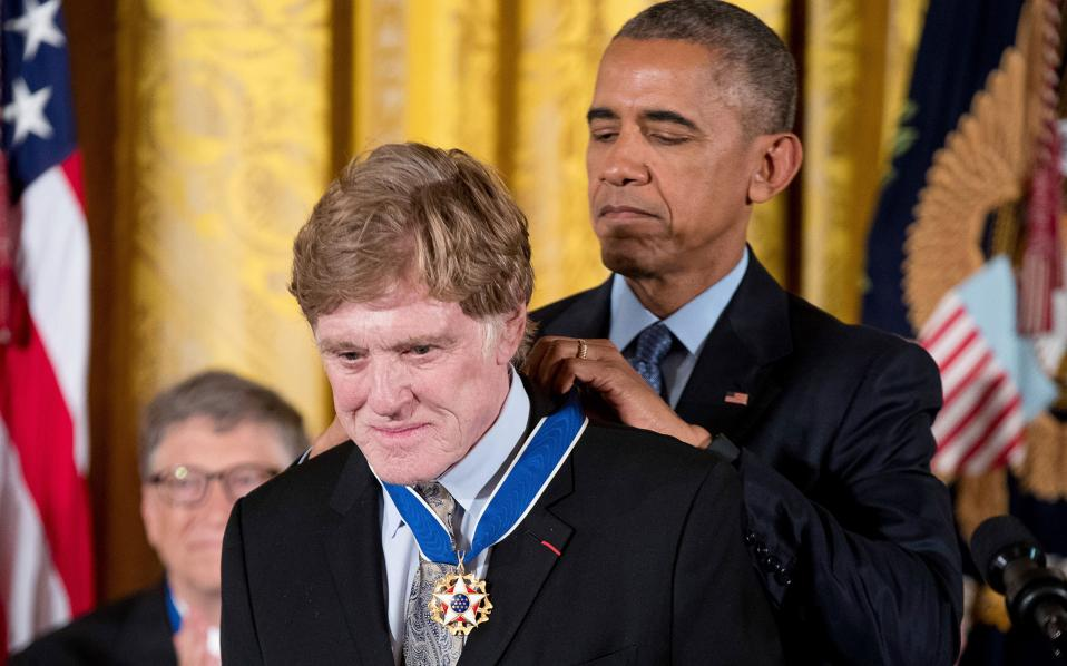 Ο Μπαράκ Ομπάμα απονέμει το Μετάλλιο της Ελευθερίας και στον ηθοποιό Ρόμπερτ Ρέντφορντ.