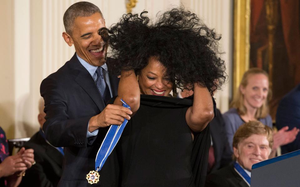 Η Νταϊάνα Ρος λαμβάνει το μετάλλιο της από τον απερχόμενο Αμερικανό Πρόεδρο.