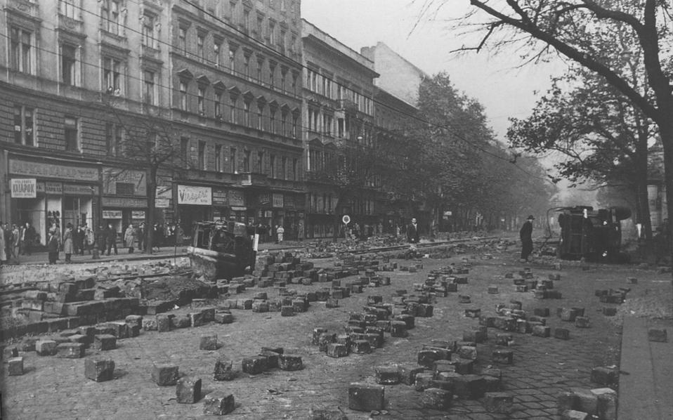 Η εξέγερση ξεκίνησε στις 23 Οκτωβρίου 1956 ως μαζική φοιτητική διαδήλωση. Η εκτέλεση ενός φοιτητή από τη μυστική αστυνομία, η σορός του οποίου τυλίχθηκε σε μια σημαία, πυροδότησε τη μεγάλη έκρηξη.