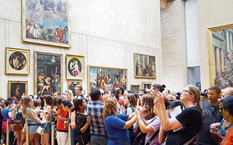 Σημείο των καιρών: Οι περισσότεροι γυρίζουν την πλάτη στη Μόνα Λίζα και βγάζουν selfies. (Φωτογραφία: ΔΗΜΗΤΡΗΣ ΤΣΟΥΜΠΛΕΚΑΣ)