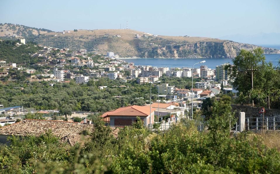 Ο δήμαρχος Χειμάρρας μιλάει για αναγκαίο σχέδιο οικιστικής ανάπλασης, όμως οι θιγόμενοι ομογενείς ιδιοκτήτες πιστεύουν πως βρίσκεται εν εξελίξει σχέδιο αφελληνισμού.