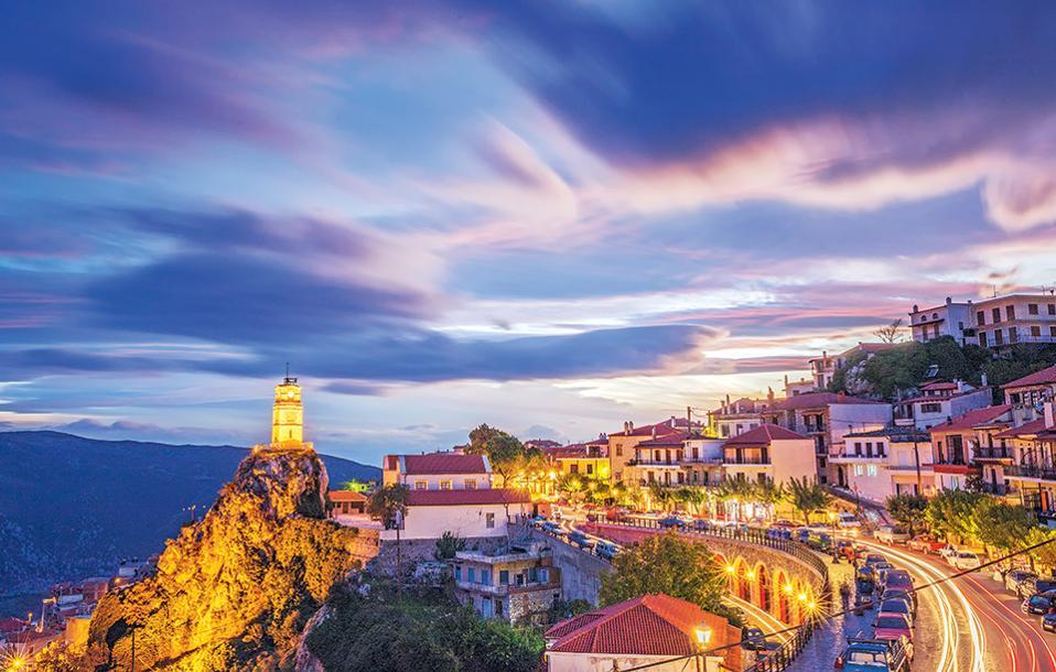 Στην αγκαλιά του Παρνασσού, η Αράχωβα συνδυάζει την παράδοση με υψηλού επιπέδου τουριστικές υπηρεσίες. (Φωτογραφία: ΠΕΡΙΚΛΗΣ ΜΕΡΑΚΟΣ)