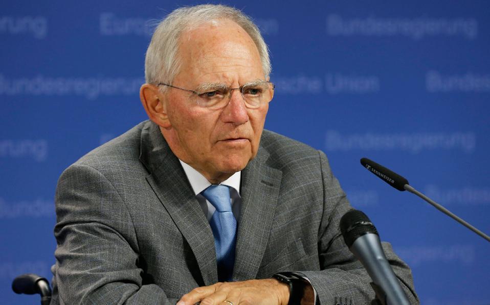 «Η Γερμανία θέλει να επιβάλει τον στόχο για πλεονάσματα 3,5% για άλλα δέκα χρόνια, κάτι που το Ταμείο θεωρεί μη ρεαλιστικό, όπως κι ένα μεγάλο τμήμα του Eurogroup», γράφει η Süddeutsche Zeitung. Στη φωτογραφία ο Γερμανός υπουργός Οικονομικών Β. Σόιμπλε.