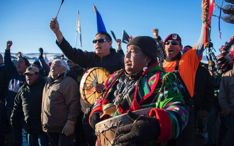 Την –έστω και εύθραυστη– νίκη τους γιορτάζουν με πανηγυρισμούς αυτόχθονες Ινδιάνοι της Αμερικής και βετεράνοι του στρατού, μετά την απόφαση της ομοσπονδιακής κυβέρνησης να αναστείλει την ολοκλήρωση κατασκευής πετρελαϊκού αγωγού, η διέλευση του οποίου κάτω από λίμνη της Βόρειας Ντακότα απειλούσε να μολύνει τα πόσιμα ύδατα του ινδιάνικου καταυλισμού του Στάντινγκ Ροκ. Ομως, οι παλαιότερες δηλώσεις του εν αναμονή προέδρου Τραμπ υπέρ της ολοκλήρωσης του αγωγού και η δηλωθείσα πρόθεσή του για ενίσχυση της ενεργειακής αυτονομίας των ΗΠΑ σημαίνουν ότι η νίκη των αυτοχθόνων δεν είναι παρά προσωρινή.