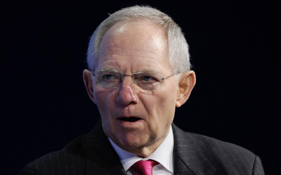 «Η αποστολή να φέρουμε την Ελλάδα σε μια βιώσιμη, ανταγωνιστική πορεία, υπό τον όρο της συμμετοχής στη νομισματική ένωση, είναι –το παραδέχομαι– μακράς διαρκείας και πολιτικά φιλόδοξη», δήλωσε ο κ. Σόιμπλε, υπενθυμίζοντας ότι τόσο το 2012 όσο και το 2015 είχε προτείνει την έξοδο της χώρας από τη Ζώνη του Ευρώ.