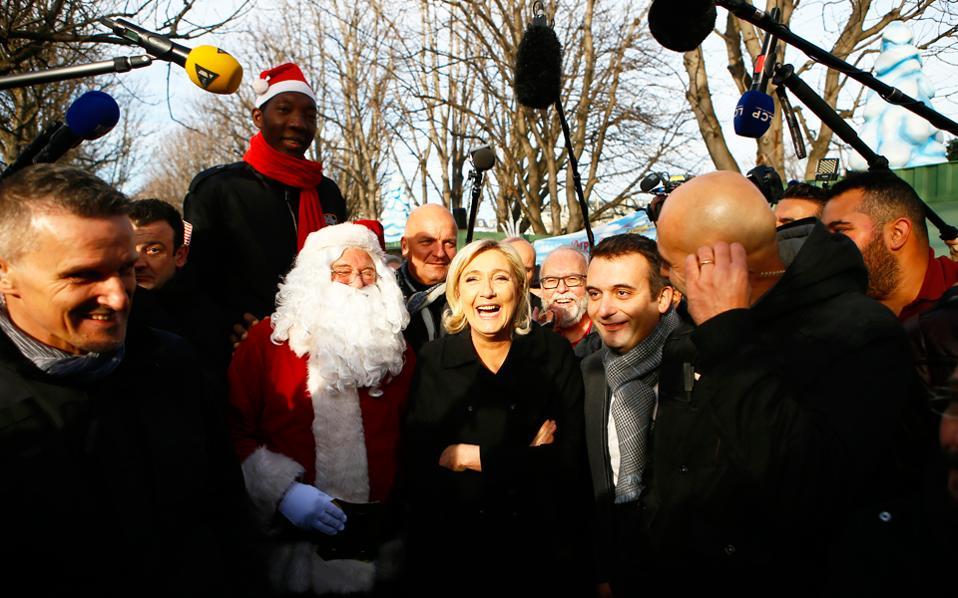 Η Μαρίν Λεπέν και ο αντιπρόεδρος του Εθνικού Μετώπου Φλοριάν Φιλιπό επισκέπτονται τη χριστουγεννιάτικη αγορά του Παρισιού.