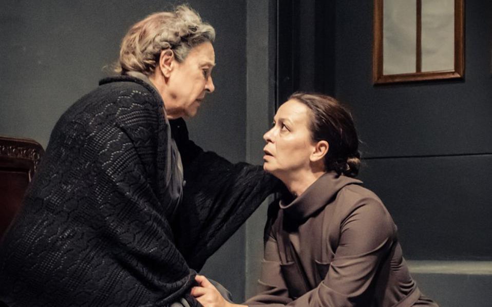 Η Μαρία Σκούντζου  (αριστερά) και η Μαρία Παπαστάθη στην «Παρεξήγηση» του Αλμπέρ Καμύ.