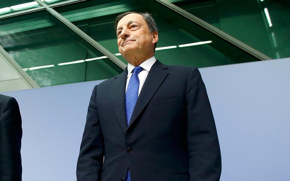 Με διπλωματική μαεστρία, ο πρόεδρος της Ευρωπαϊκής Κεντρικής Τράπεζας Μάριο Ντράγκι από τη μία επέκτεινε το πρόγραμμα αγοράς ομολόγων έως τα τέλη του 2017, δηλαδή πέραν του αναμενομένου, και από την άλλη ανακοίνωσε ότι από τον Απρίλιο θα το περιορίσει από 80 δισ. ευρώ μηνιαίως, σε 60 δισ. Αρχικά οι αγορές αντέδρασαν αρνητικά, στη συνέχεια ωστόσο γύρισαν σε θετικό έδαφος, αξιολογώντας ότι η απόφαση δεν συνιστά σκλήρυνση της νομισματικής πολιτικής.
