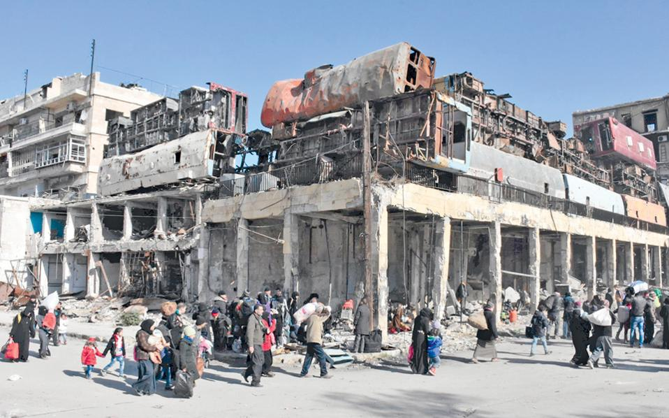 Σύροι, με τα υπάρχοντά τους ανά χείρας, εγκαταλείπουν τις ανατολικές συνοικίες του Χαλεπίου, όπου συνεχίζονται οι μάχες.