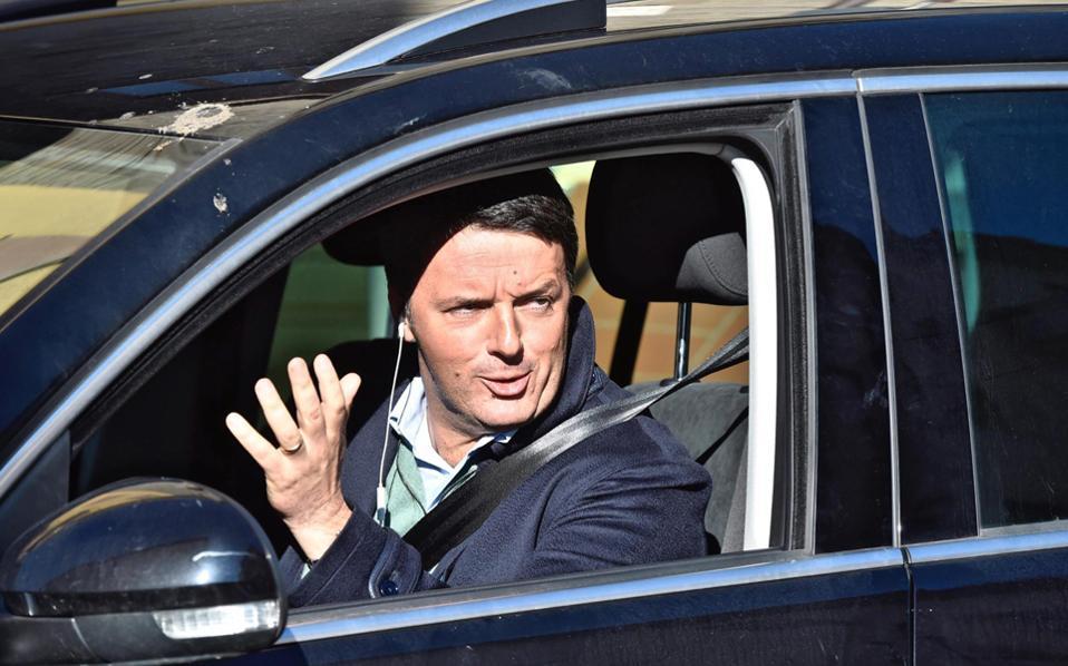 Ο Ματέο Ρέντσι, στο αυτοκίνητό του, χθες, έξω από τη Φλωρεντία.