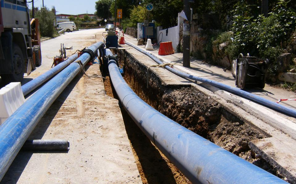 «Στο Αργοστόλι το νερό του δικτύου δεν πίνεται εδώ και δεκαετίες. Η νέα μονάδα θα επεξεργάζεται υφάλμυρο νερό και θα παράγει 8.000 κυβικά την ημέρα», εξηγεί ο αρμόδιος αντιδήμαρχος Διονύσης Λυκούδης.