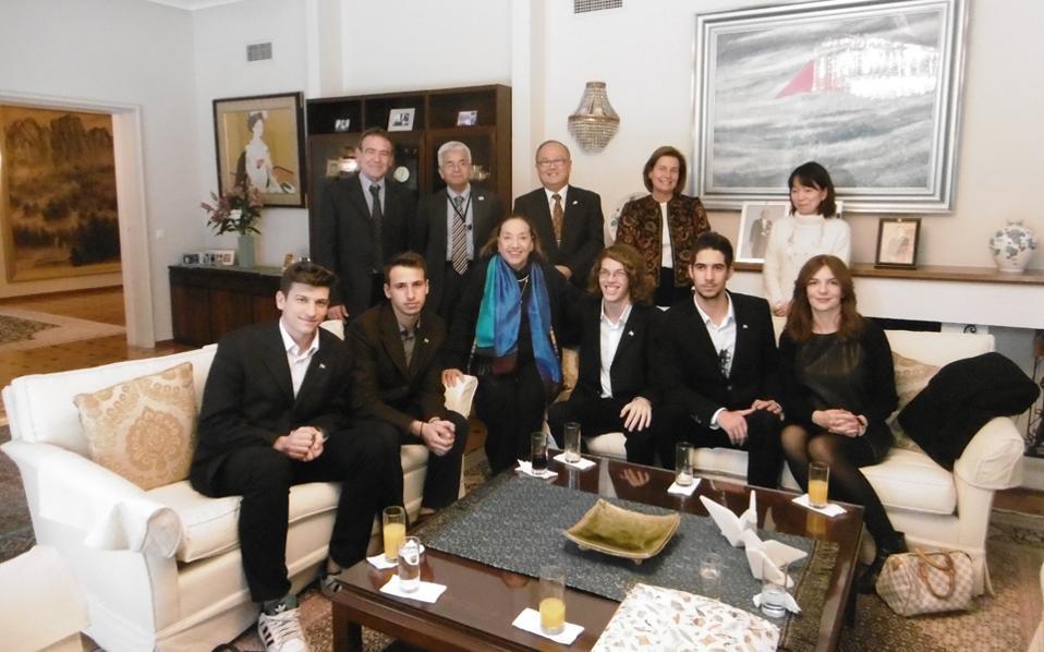 Η αναμνηστική φωτογραφία μετά την επιστροφή από το επιμορφωτικό ταξίδι στην Ιαπωνία των αριστούχων του 1ου Λυκείου Λευκάδος στην κατοικία του πρέσβη Ιαπωνίας στην Ελλάδα, κ. Masuo Nishibayashi. Μίλησαν για εντυπώσεις και εμπειρίες και τη θερμή υποδοχή των Ιαπώνων οι (από αριστερά) Μιχαήλ-Αγγελος Κολόκας, Βαγγέλης Γλένης, Ελένη Μπίστικα, «Κ», Δάμων Κοψιδάς, Πολυνείκης Ράπτης και η συνοδός καθηγήτρια κ. Κατερίνα Θειακού. Ορθιοι πίσω, ο διευθυντής καθηγητής Θανάσης Καρβελάς, ο σύμβουλος κ. Toshio Ida, ο πρέσβης Ιαπωνίας κ. Masuo Nishibayashi, η κ. Μάρθα Δερτιλή Δ.Σ. «Κ», η γραμματέας κ. Μao Shimizu.