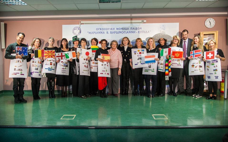 Οι πρωταγωνιστές της θεατρικής παράστασης-αφιέρωμα στα παιδιά της «ΕΛΠΙΔΑΣ» τα ταξίδεψαν «με αγάπη και ζωγραφιές, μιλώντας ελληνικά, στις 13 χώρες τους». Μαζί τους, για τα συγχαρητήρια, η πρόεδρος του «ΕΛΠΙΔΑ» κ. Μαριάννα Β. Βαρδινογιάννη, η κ. Σίσσυ Π. Παυλοπούλου, η πρόεδρος του LAASA και ο διοικητής του Νοσοκομείου «Αγ. Σοφία» κ. Μανώλης Παπασάββας.