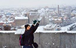 Οσο χιόνι και να σκεπάσει την ουκρανική πρωτεύουσα, οι χρυσοί σταυροί από τους τρούλους των εκκλησιών  θα ξεπροβάλλουν πάντα. (Φωτογραφία: AFP/SERGEI SUPINSKY)