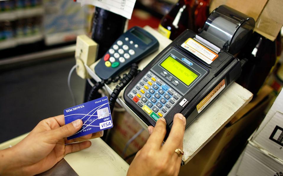 Μισθωτοί, συνταξιούχοι και αγρότες προκειμένου να συνεχίσουν να έχουν την έκπτωση φόρου ή διαφορετικά το αφορολόγητο όριο θα πρέπει το νέο έτος να πληρώνουν για τα αγαθά και τις υπηρεσίες με «πλαστικό χρήμα» ή εμβάσματα ή ακόμα και με e-banking.