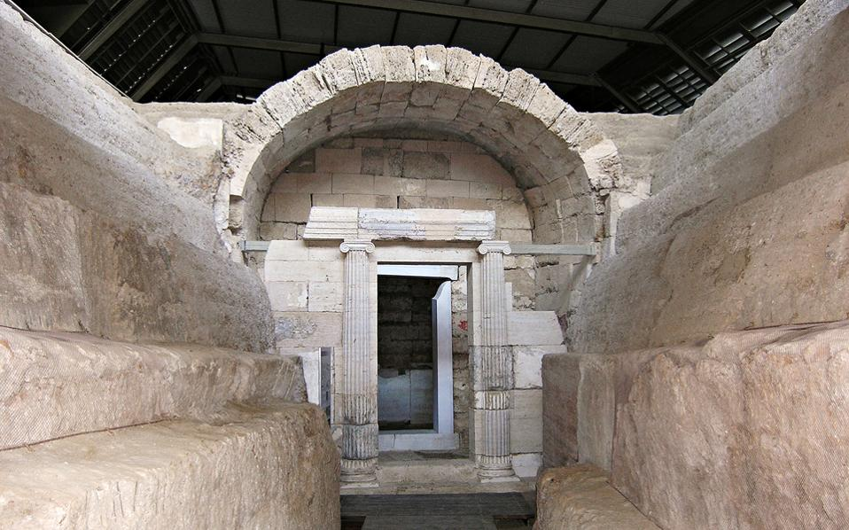 Eνας αρχαίος δρόμος μήκους 15 μέτρων οδηγεί στον διθάλαμο μακεδονικό τάφο «Μακρίδη Μπέη».