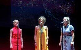 «Είμαστε ποπ κορίτσια», λέει η Μαρίνα Σάττι. Οι Fonέs θα ερμηνεύσουν τραγούδια από την Ελλάδα και τον κόσμο στο «Θησείον», αύριο, στις 20.30.