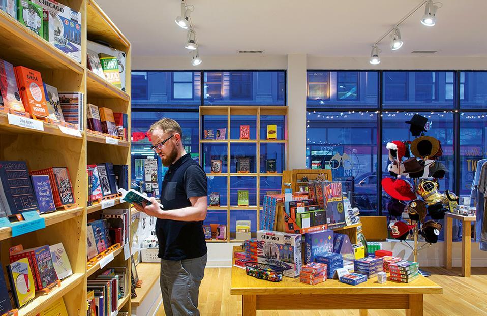 Τα ράφια του Wicker Park Secret Agent Supply Co. είναι γεμάτα με βιβλία γραμμένα από παιδιά του Σικάγο. (Φωτογραφία: Gensler Chicago)