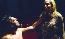 Στιγμιότυπο από την παράσταση «Λεωφορείο ο Πόθος» σε σκηνοθεσία Ελένης Σκότη.