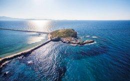 Η θάλασσα, ο γιαλός, είναι στοιχεία με έντονη παρουσία στην ποίηση της Μάγιας Κολτσίδα.