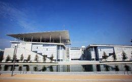 Αποψη των εμβληματικών κτιρίων στο Κέντρο Πολιτισμού Ιδρυμα «Σταύρος Νιάρχος» διά χειρός Ρέντσο Πιάνο. Διακρίνονται  αριστερά το νέο κτίριο της Εθνικής Λυρικής Σκηνής και δεξιά της Εθνικής Βιβλιοθήκης της Ελλάδος.