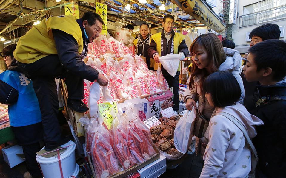 Γεμιστό γουρουνόπουλο και γαλοπούλα. Ετοιμάζονται οι Ιάπωνες για το δείπνο της πρωτοχρονιάς και συρρέουν κατά εκατοντάδες στην αγορά Ameya-Yokocho (Ameyoko) του Τόκυο. Υπολογίζεται ότι τουλάχιστον 2 εκατ. άνθρωποι επισκέπτονται την συγκεκριμένη αγορά την τελευταία εβδομάδα του χρόνου για τα παραδοσιακά ψώνια της γιορτής, δηλαδή θαλασσινά και λαχανικά.  EPA/KIMIMASA MAYAMA
