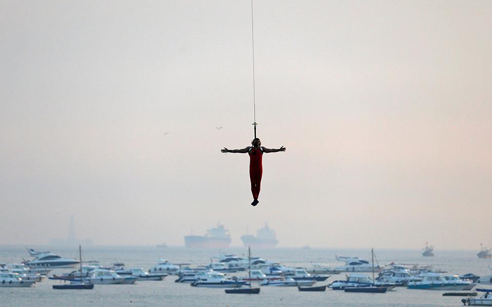 Αξιος. Εντατικές πρόβες κάνει το ναυτικό της Ινδίας με αφορμή την επικείμενη γιορτή του. Στην φωτογραφία κομάντο επιδεικνύει τις ικανότητές του. REUTERS/DanishSiddiqui