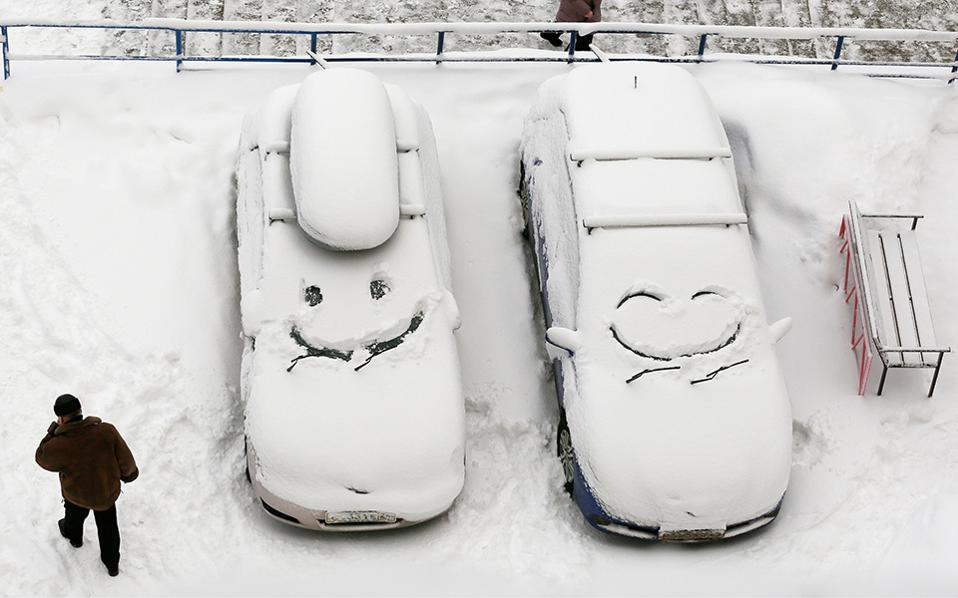 Ψυχραιμία. Αυτό είναι, όταν έχεις μάθει να ζεις με το χιόνι όχι μόνο δεν γκρινιάζεις για λίγο κρύο, άλλά ξέρεις και να περνάς καλά και υπό το μηδέν. Στην φωτογραφία μουρίτσες από χιόνι σχεδιασμένες σε αυτοκίνητα στο Krasnoyarsk της Ρωσίας, για να ξεκινά καλά η μέρα. REUTERS/Ilya Naymushin
