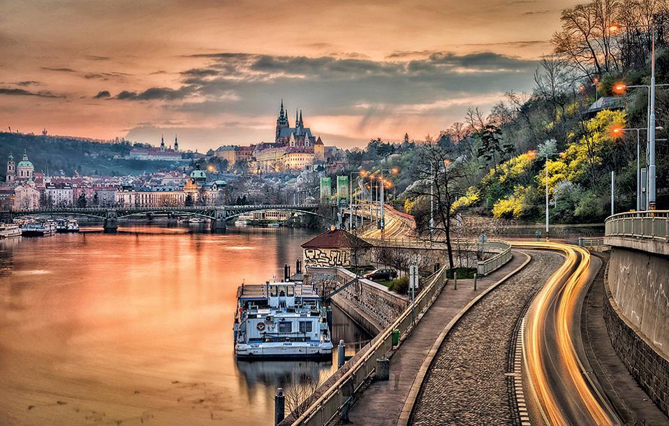 Σούρουπο στις όχθες του Μολδάβα με φόντο το Κάστρο της Πράγας. (Φωτογραφία: Richard Horak)
