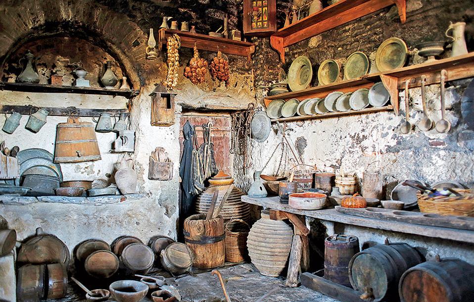 Εκθεσιακός χώρος με παραδοσιακά χρηστικά αντικείμενα στο Μεγάλο Μετέωρο. (Φωτογραφία: ΝΙΚΟΣ ΚΟΚΚΑΣ)