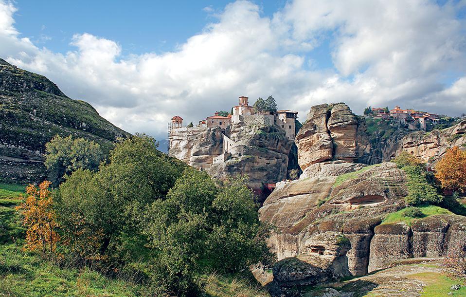 Η Μονή Βαρλαάμ (κέντρο) είναι μία από τις έξι επισκέψιμες μονές των Μετεώρων. (Φωτογραφία: ΝΙΚΟΣ ΚΟΚΚΑΣ)