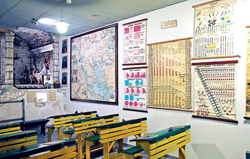 Στο Μουσείο Ελληνικής Παιδείας μια αίθουσα αναπαριστά τη σχολική τάξη παλαιότερων δεκαετιών. (Φωτογραφία: ΝΙΚΟΣ ΚΟΚΚΑΣ)