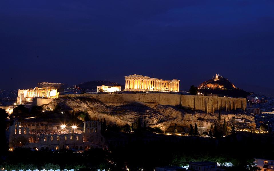 Ο φωτισμός της Ακρόπολης, που χρήζει διαρκούς συντήρησης, αν όλα εξελιχθούν όπως προβλέπεται, θα «συνομιλεί» στο εγγύς μέλλον με τα φωταγωγημένα μνημεία των Στύλων του Ολυμπίου Διός και της Πύλης του Αδριανού.