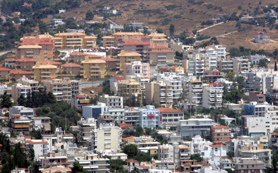 Στην Αθήνα, το φετινό εννεάμηνο οι τιμές υποχώρησαν κατά 2,1%, έναντι μείωσης 5,4% κατά το περυσινό εννεάμηνο.