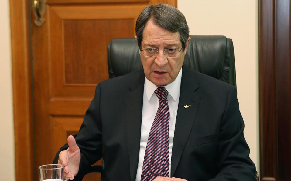 Μιλώντας στην «Κ» στο γραφείο του στο προεδρικό μέγαρο στη Λευκωσία, ο Νίκος Αναστασιάδης δηλώνει ότι βρίσκεται σε απόλυτη ταύτιση με την ελληνική κυβέρνηση, ενώ έχει και την πλήρη στήριξη της Ν.Δ., του ΠΑΣΟΚ και του Ποταμιού.