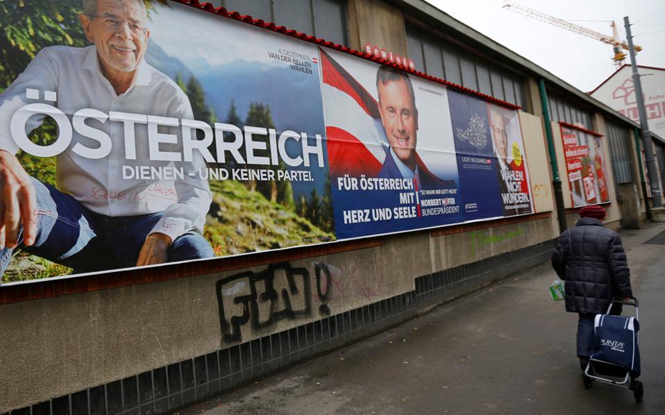 Προεκλογικές αφίσες με τον Αλεξάντερ βαν ντερ Μπέλεν και τον Νόρμπερτ Χόφερ σε δρόμο της Βιέννης. Σύμφωνα με τις δημοσκοπήσεις, η διαφορά μεταξύ των δύο υποψηφίων ήταν οριακή.