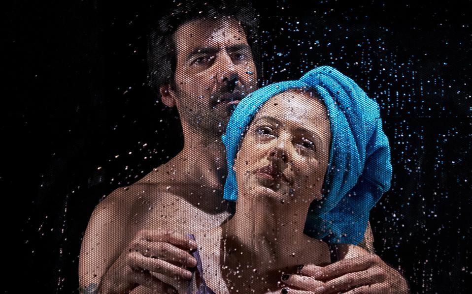 Στιγμιότυπο από την παράσταση «Για μια ανάσα», σε σκηνοθεσία Σταμάτη Φασουλή.