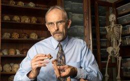 Ο Τζον Κέιπελμαν επιδεικνύει οστά της Λούσι, που κατασκευάστηκαν σε τρισδιάστατο εκτυπωτή.