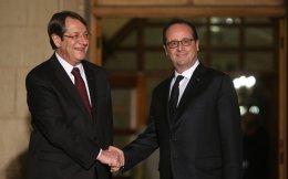 «Ερχομαι εδώ για να στηρίξω τη διαδικασία των διαπραγματεύσεων στο Κυπριακό», ανέφερε ο Φρανσουά Ολάντ στο προεδρικό μέγαρο της Κύπρου, όπου έγινε δεκτός από τον Νίκο Αναστασιάδη.
