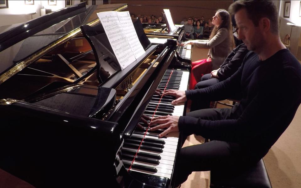 Πραγματικό πανόραμα γαλλικής μουσικής ερμήνευσαν οι πιανίστες Λευκή Καρποδίνη και Μάικλ Μπράουνλι Ουόκερ.