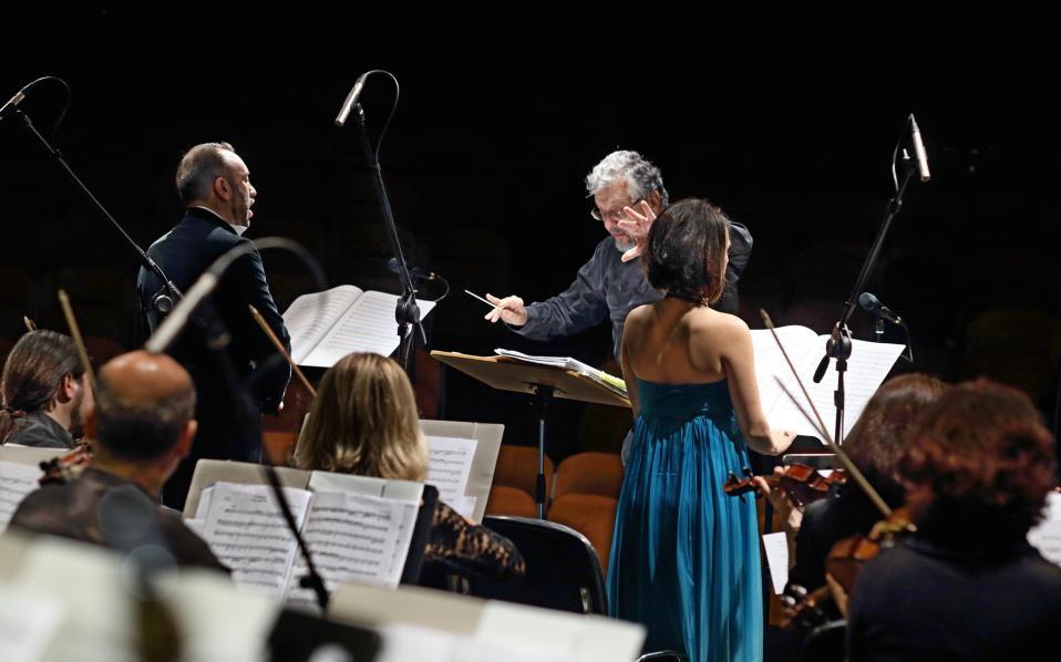 Στιγμιότυπο από την εναρκτήρια συναυλία της Φιλαρμόνιας Ορχήστρας Αθηνών υπό τον Βύρωνα Φιδετζή (φωτ.: Σπύρος Κατωπόδης).