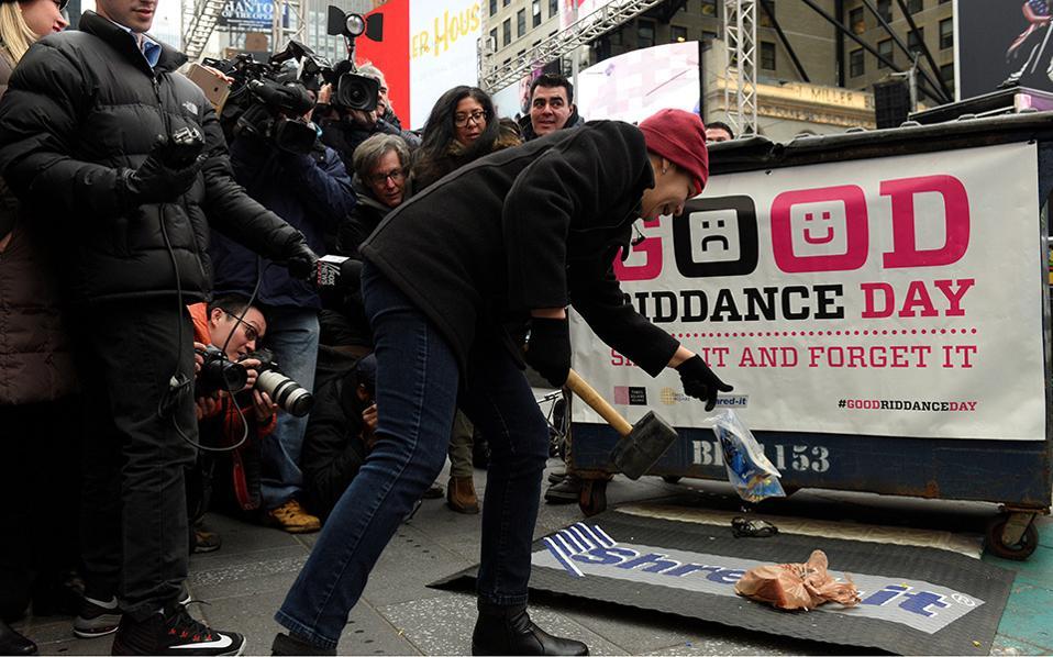 Αντίο στο παρελθόν. Μια γυναίκα σπάει δυνατά με ένα σφυρί ότι την προβλημάτισε και την  στεναχώρησε την χρονιά που φεύγει. Κάθε χρόνο στην Τimes Square της Νέας Υόρκης διοργανώνεται η «Good Day Riddance»  όπου οι άνθρωποι αποχωρίζονται με τον πλέον θεατρικό τρόπο τα  προβλήματα τους. Κάποια από αυτά είναι αποτυπωμένα σε χαρτί, άλλα είναι  αντικείμενα που κομματιάζονταιι και πετιούνται και όλα αυτά σαν προετοιμασία εξαγνισμού για μια νέα και ας ελπίσουμε καλύτερη χρονιά. REUTERS/Darren Ornitz