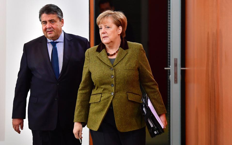 Η Αγκελα Μέρκελ και ο Σοσιαλδημοκράτης υπουργός Εθνικής Οικονομίας Ζίγκμαρ Γκάμπριελ προσέρχονται στην καγκελαρία για την τακτική εβδομαδιαία συνεδρίαση του υπουργικού συμβουλίου.