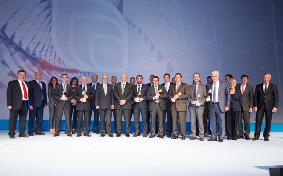 Βραβευθέντες και στελέχη της Eurobank και της Grant Thornton στη σκηνή της αίθουσας «Δημήτρης Μητρόπουλος» του Μεγάρου Μουσικής.