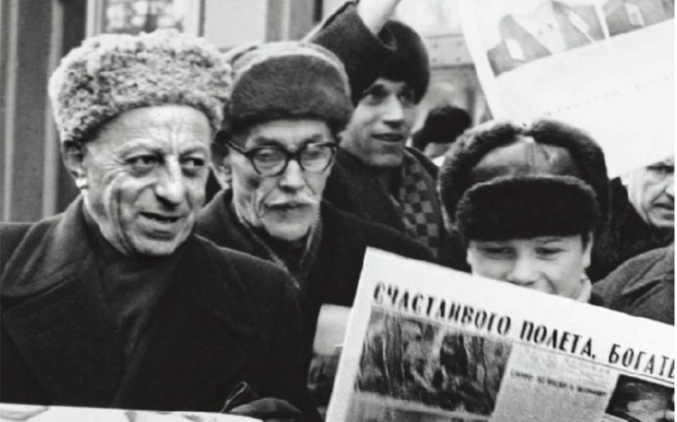 Μοσχοβίτες διαβάζουν για τον άθλο του Σοβιετικού κοσμοναύτη Αλεξέι Λεόνοφ, του πρώτου ανθρώπου που «περπάτησε» στο Διάστημα. Επί χρόνια, το Κρεμλίνο συμπίεζε το βιοτικό επίπεδο των Σοβιετικών πολιτών για να διαθέτει πόρους σε τομείς που ενίσχυαν την προπαγάνδα.