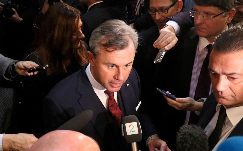Ο Ν. Χόφερ μιλάει σε δημοσιογράφους μετά το πέρας του τηλεοπτικού ντιμπέιτ, που τον έφερε αντιμέτωπο με τον Αλεξ. βαν ντερ Μπέλεν.
